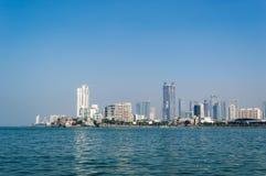 En sikt av den Mumbai staden från havssida arkivbilder