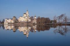 En sikt av den Nilov kloster som reflekterar i seligersjövatten i t Royaltyfri Bild