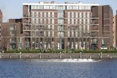 En sikt av den nybyggda lägenhetskomplexet på Java Eiland Amsterdam The Netherlands Royaltyfria Bilder