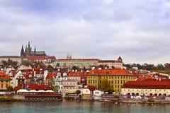 En sikt av den Prague slotten Arkivfoton