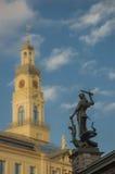 En sikt av den roland statyn mot litet suddig rigg för torn f Royaltyfri Fotografi