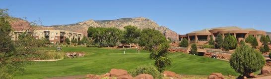 En sikt av den Sedona golfsemesterorten Arkivbild