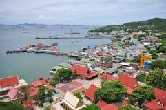 En sikt av den Sichung ön (Ko Sichang) i Thail Arkivfoton