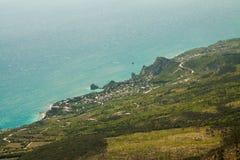En sikt av den sydliga kusten av Krim från berget Ai-Petri royaltyfria bilder