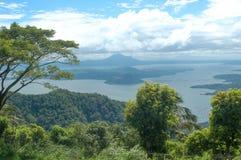 En sikt av den Taal vulkan i Phiippinesen Arkivfoton