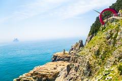 En sikt av den Taejongdae klippan och havet i Busan, Korea Royaltyfri Foto