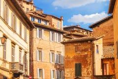 En sikt av den traditionella arkitekturen i staden av Siena, Tuscany Royaltyfri Foto