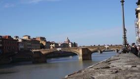 En sikt av den Trinita bron i Florence stock video