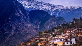 En sikt av den typiska bergbyn i indiska Himalayas arkivfoto