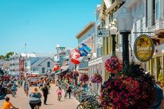 En sikt av den upptagna säsongen på den Mackinac ön Royaltyfri Bild