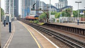En sikt av den Vauxhall stationen med ett drev som avgår från plattformen på London fotografering för bildbyråer
