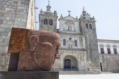 En sikt av den Viseu domkyrkan Arkivfoto