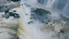 En sikt av det fallande vattnet av Iguazuet Falls Shevelev stock video