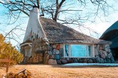 En sikt av det halva huset, en greve Young Mushroom House i Charlevoix Michigan Arkivbilder