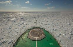 En sikt av det iskalla fältet av Kara Sea från näsan av en rysk militär isbrytare Arktiskkryssningar Fotografering för Bildbyråer