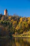 En sikt av det krimuldaslotten och tornet reflekterade i gaujafloden Arkivbild