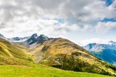 En sikt av det Piz Muragl berget och den Muragl dalen arkivfoto