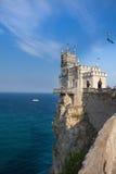 En sikt av det romantiska slottsvalaredet som resas upp på en klippa Arkivbilder