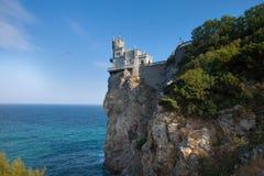 En sikt av det romantiska slottsvalaredet som resas upp på en klippa Royaltyfri Foto