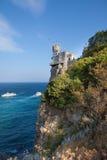 En sikt av det romantiska slottsvalaredet som resas upp på en klippa Fotografering för Bildbyråer