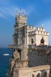 En sikt av det romantiska slottsvalaredet som resas upp på en klippa Arkivbild