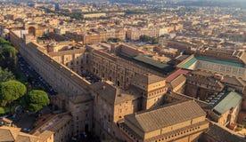 En sikt av det Sistine kapellet och Vaticanenmuseerna i Rome arkivbilder