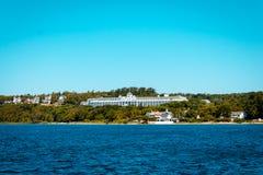 En sikt av det storslagna hotellet på den Mackinac ön från Lake Michigan Royaltyfri Fotografi
