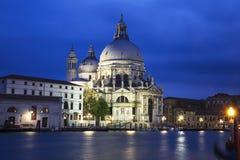 En sikt av domkyrkan Santa Maria della Salute i Venedig på natten royaltyfria foton