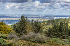 En sikt av Dublin, Irland från Dublin Mountains på en mulen dag i Oktober Arkivbild