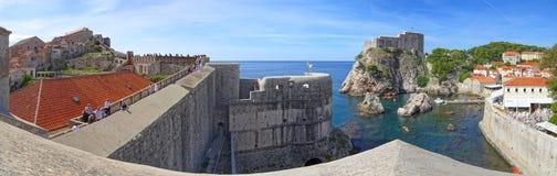 En sikt av Dubrovnik den v?stra hamnen som flankeras av fortet Bokar p? v?nstersidan och fortet Lovrijenac p? r?tten arkivbilder
