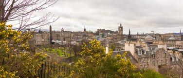 En sikt av Edinburg från den Calton kullen i vår Royaltyfri Foto