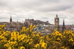 En sikt av Edinburg från den Calton kullen i vår Arkivbilder