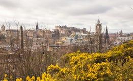 En sikt av Edinburg från den Calton kullen i vår Royaltyfri Fotografi