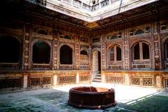 En sikt av en av de Sethi Mohallah borggårdarna, Peshawar, Pakistan Arkivbild