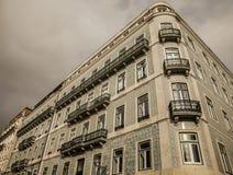 En sikt av en belagd med tegel byggnad mot en molnig himmel, Lissabon, Portugal royaltyfri fotografi
