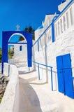 En sikt av en grekisk kyrka med iconic blå och vit trappa igen Royaltyfri Fotografi