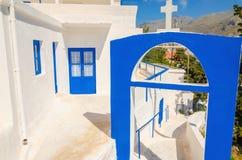 En sikt av en grekisk kyrka med iconic blåa färger Royaltyfria Foton