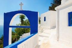 En sikt av en grekisk kyrka med iconic blåa färger Arkivbilder