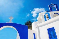 En sikt av en grekisk kyrka med iconic blått färgar på den grekiska ön Arkivbild