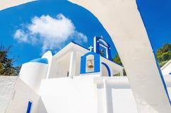 En sikt av en grekisk kyrka med iconic blått- och vitfärger Arkivbilder