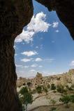 En sikt av en grottastad i Cappadocia, Turkiet Arkivfoton