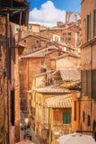 5 05 2017 - En sikt av en typisk smal gata och generisk arkitektur i Siena, Tuscany Fotografering för Bildbyråer