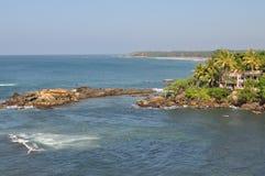 En sikt av ett hav och en fred av land med palmträdet Arkivfoton