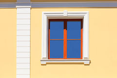 En sikt av fönstret av huset från yttersidan Fotografering för Bildbyråer