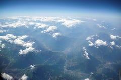 En sikt av fjällängarna ovanför molnen arkivbild