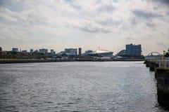 En sikt av floden Clyde som ser östlig från Govan, Glasgow, Skottland Royaltyfri Foto