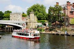 En sikt av floden Ouse och vattenspårvagnen i York, Yorkshire, Storbritannien arkivbilder