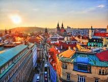 En sikt av gamla gator för Pragues ` s med solnedgång från taket Arkivbild