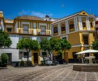En sikt av gatan i Seville på en varm sommardag med en blått Royaltyfri Fotografi
