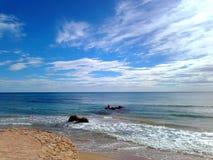 En sikt av havet och intensiv blå himmel på Toorrevieja sätter på land i Alicante, Spanien Arkivbild